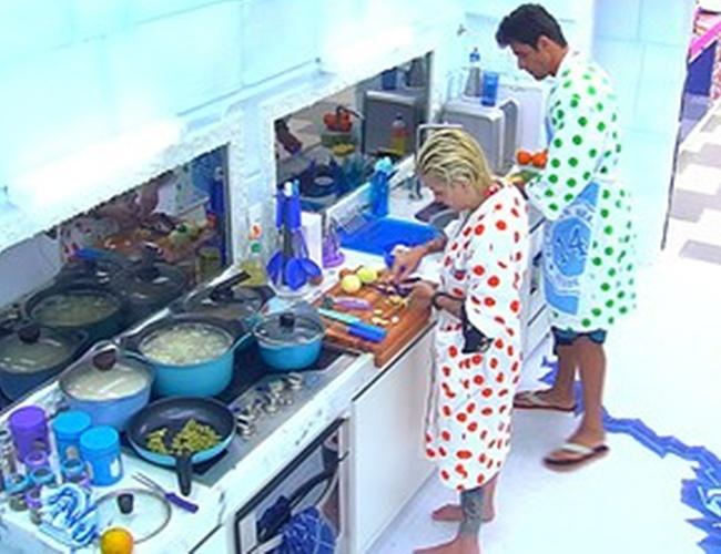 25.jan.2014 - Clara e Diego cozinham e conversam sobre o paredão