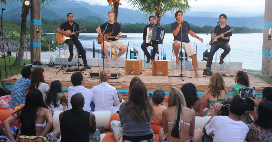 """25.jan.2014 - Os sertanejos Victor e Léo fazem show na última edição do """"TV Xuxa"""""""