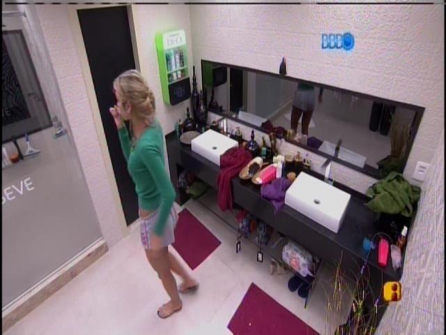 25.jan.2014 - Tatiele escova os dentes
