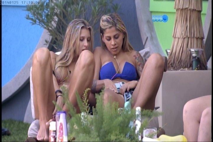 25.jan.2014 - Tatiele e Vanessa comparam o tamanho dos pelos pubianos