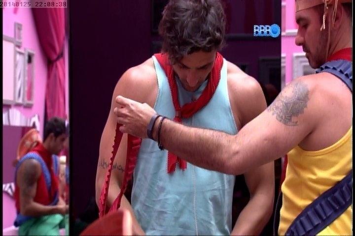 25.jan.2014 - Vagner ajuda Júnior a se vestir