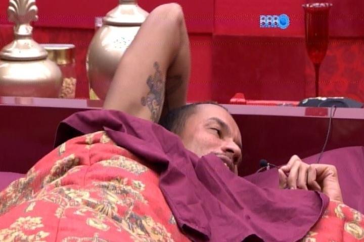 25.jan..2014 - Valter dorme no Quarto do Líder a convite de Letícia