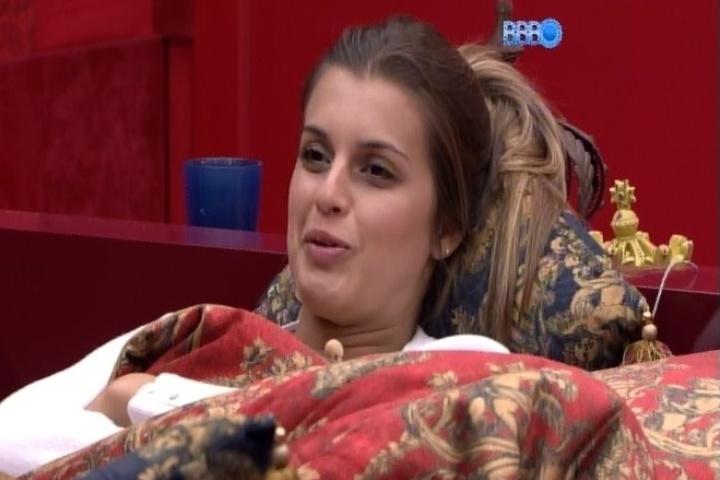 25.jan.2014 - Em conversa com a líder Letícia, Angela diz que é atirada e até já deu em cima de um famoso da TV