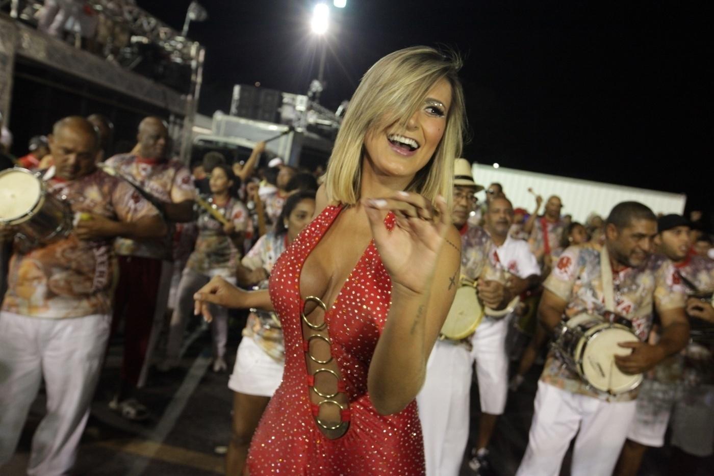 26.jan.14 - A ex-A Fazenda Andressa Urach samba a frente da bateria da Leandro de Itaquera que volta ao grupo especial este ano