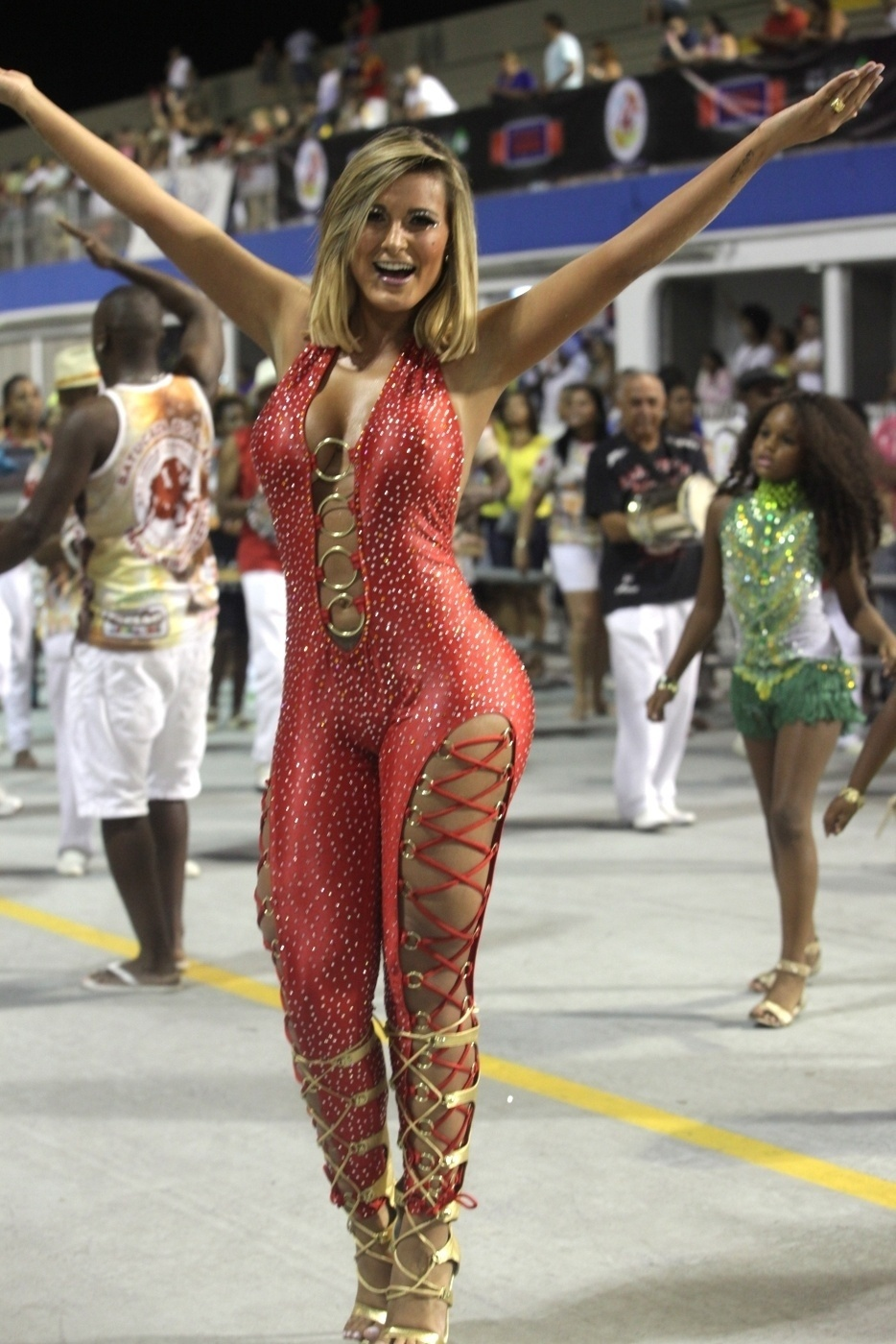 26.jan.14 - Andressa Urach participou do primeiro ensaio técnico da escola da zona leste Leandro de Itaquera na noite de sábado (15). A ex-A Fazenda é rainha de bateria da agremiação.