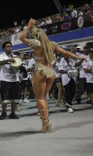 26.jan.14 - Rainha de bateria da Gaviões da Fiel sambou no ensaio da escola que este ano vai homenagear o ex-jogador Ronaldo