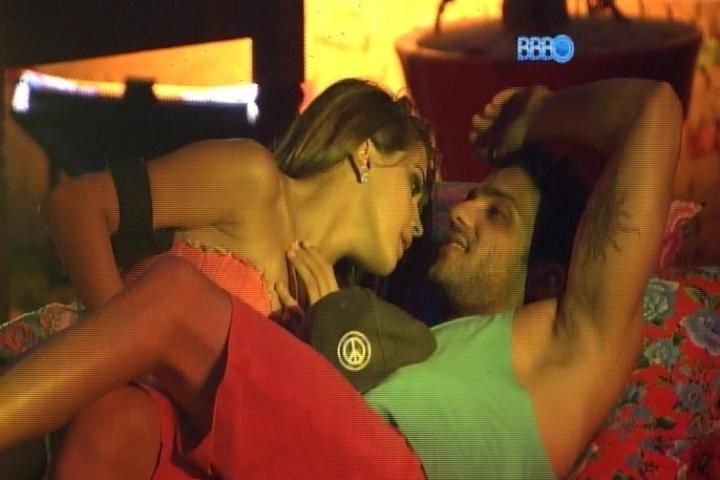 26.jan.2014 - Angela desabafa com Junior sobre o interesse dele em Letícia