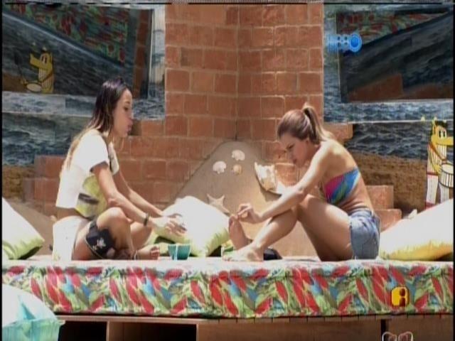 26.jan.2014 - Angela e Leticia conversam sobre a festa