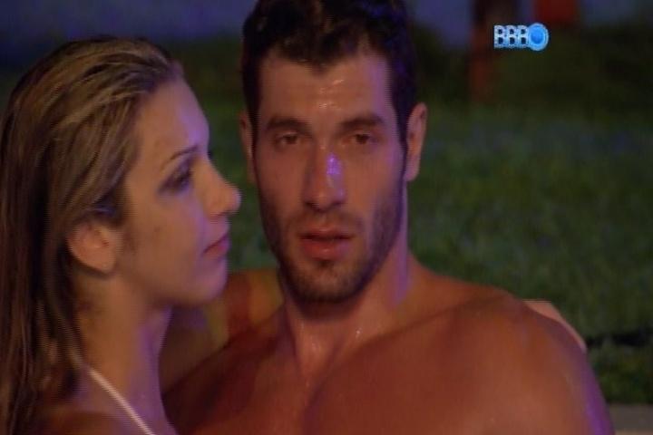26.jan.2014 - Após desentendimento, Roni e Tatiele namoram na piscina
