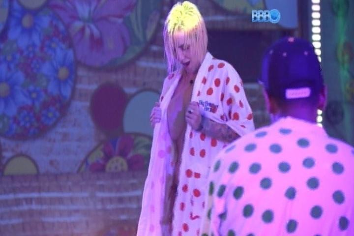 26.jan.2014 - Após mostrar os seios, Clara faz número de strip-tease com o roupão