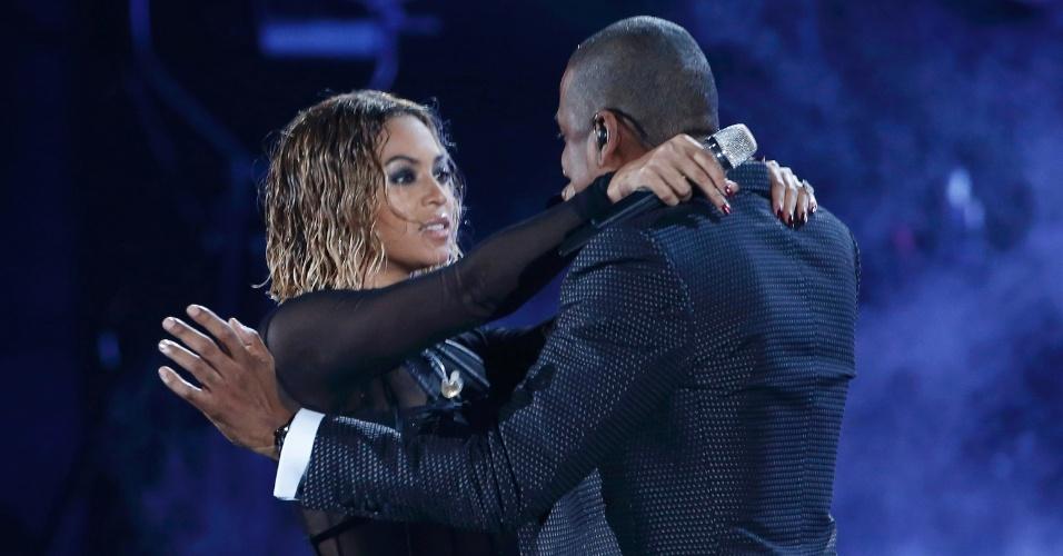 26.jan.2014 - Beyoncé abre o Grammy 2014 e canta