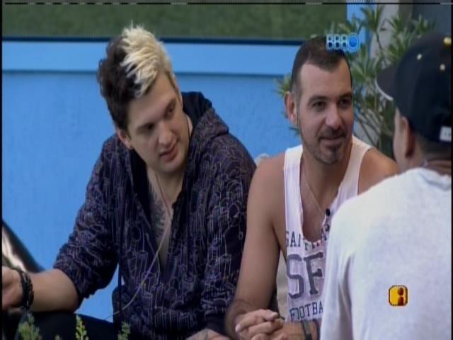 26.jan.2014 - Cássio e Vagner conversam na varanda