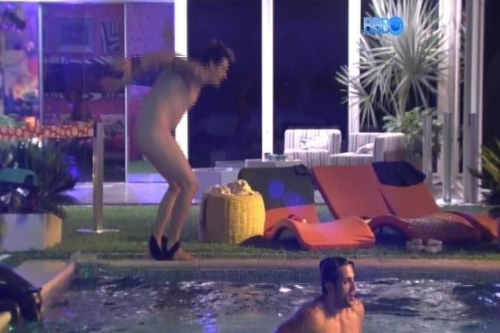 26.jan.2014 - Cássio fica pelado e pula na piscina