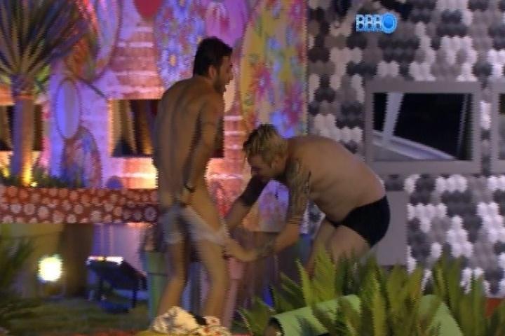26.jan.2014 - Cássio tenta deixar Junior pelado durante festa na piscina