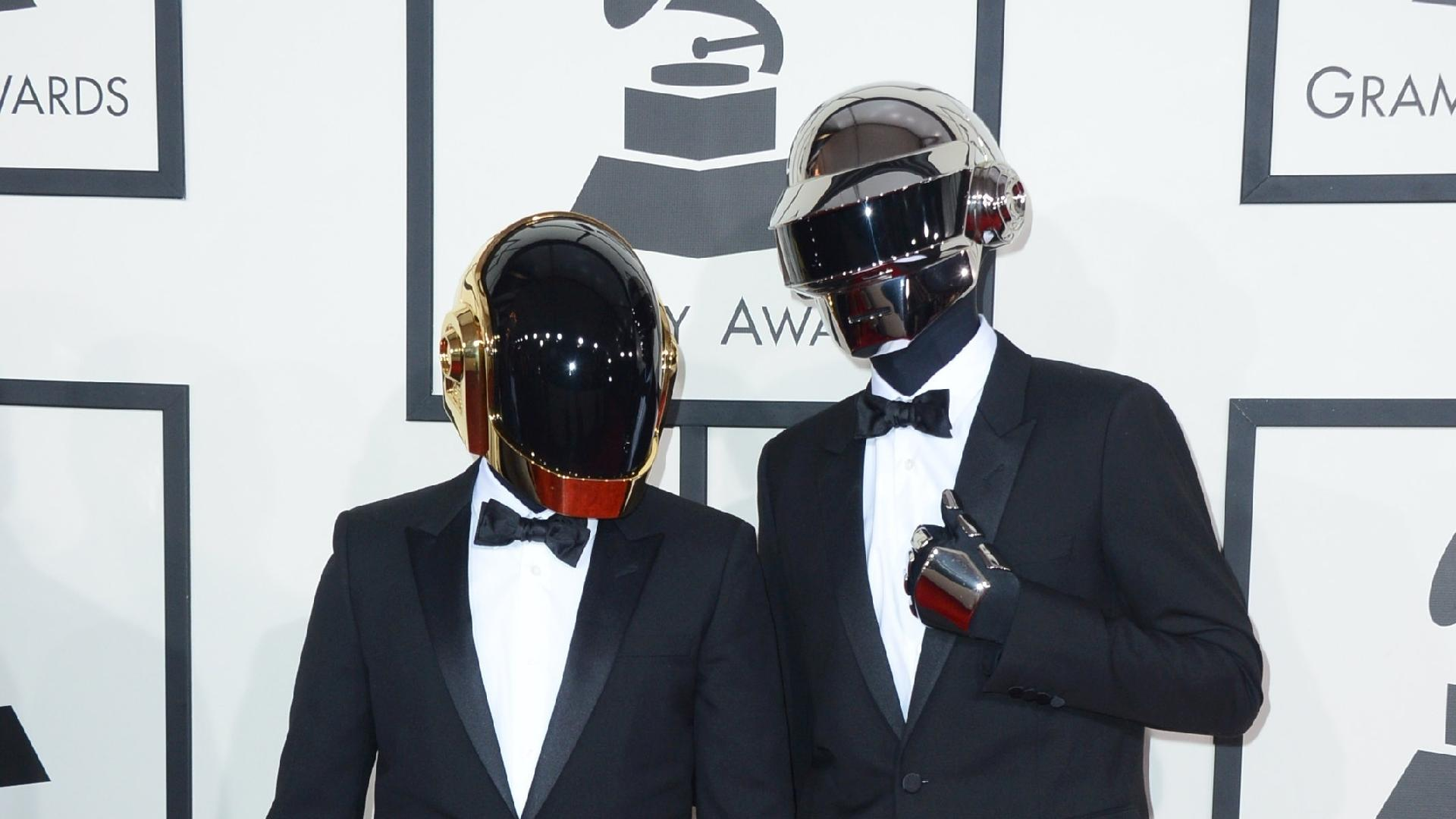 26.jan.2014 - Daft Punk chega à cerimônia da 56ª edição do Grammy. Dono de álbum do ano, o duo saiu consagrado do Grammy com cinco prêmios. Vale lembrar que