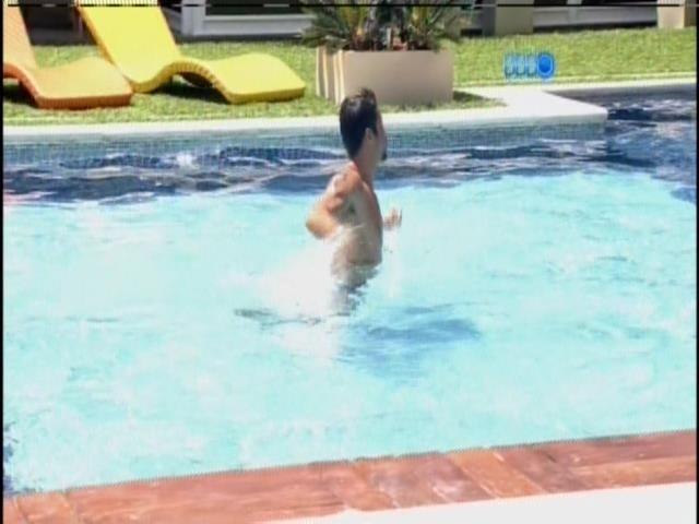 26.jan.2014 - Diego se levanta e vai para a piscina