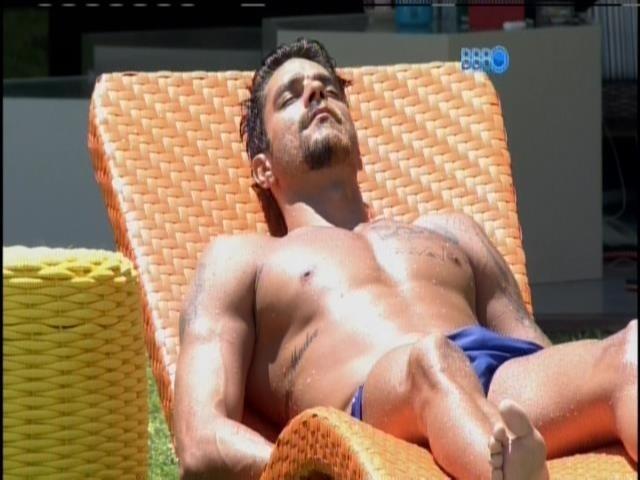 26.jan.2014 - Diego toma sol na beira da piscina