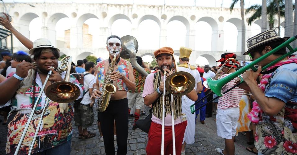 26.jan.2014 - Ensaio do bloco Céu na Terra nos Arcos da Lapa, na tarde deste domingo (26), no Rio