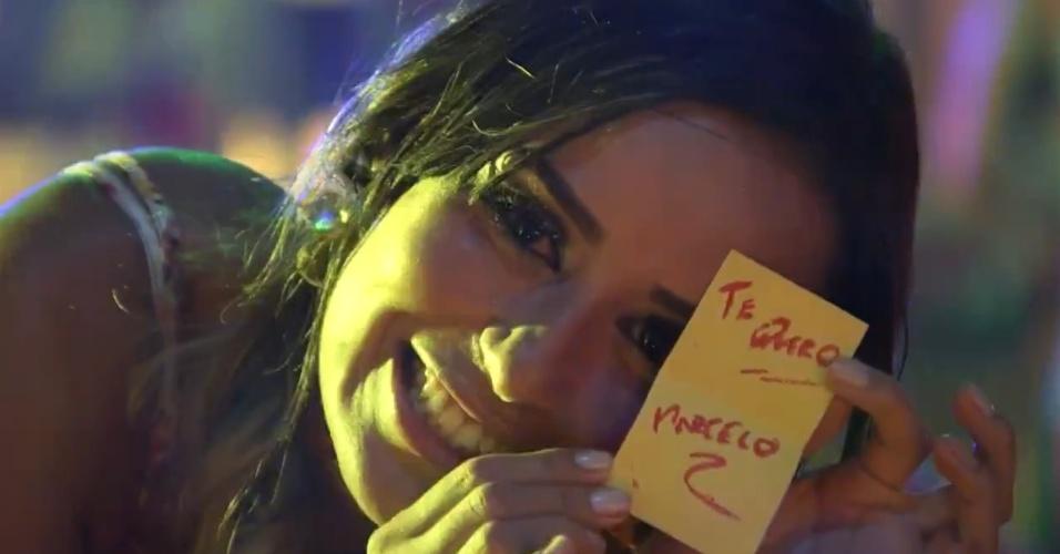 26.jan.2014 - Letícia mostra o bilhete que ganhou de Marcelo. Mesmo com inúmeras cantadas, a sister mantém o posicionamento inicial e diz que não quer ficar com ninguém no programa