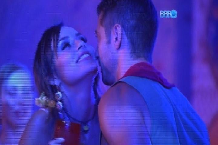 26.jan.2014 - Marcelo se aproxima de Letícia e tenta ficar com a sister