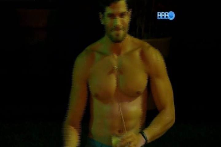 26.jan.2014 - Roni tira a camisa e sensualiza na festa; Tatiele ficou brava e afirmou que o modelo se acha demais