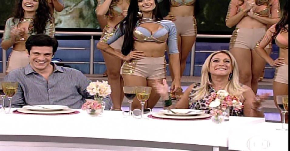 """26.jan.2014 - Susana Vieira e Mateus Solano participam da """"Pizza do Faustão"""", na noite deste domingo (26), na TV Globo"""