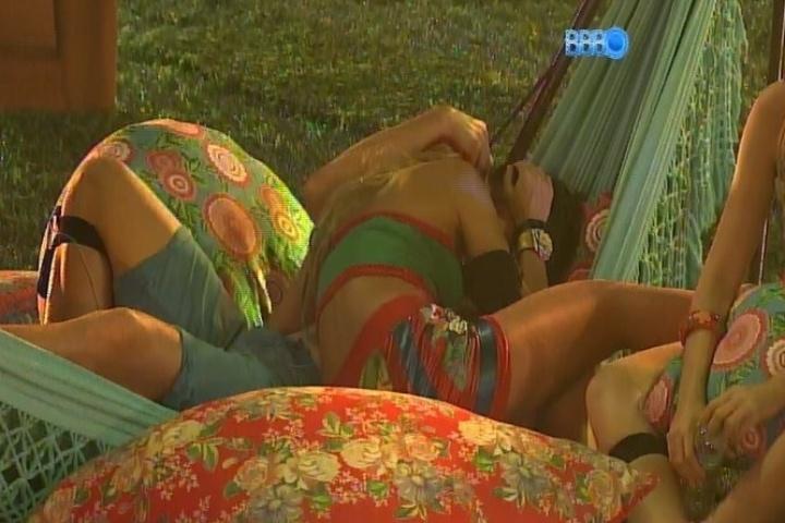 26.jan.2014 - Tatiele e Roni fazem as pazes com beijo na rede