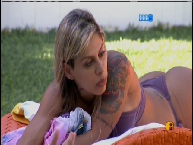 26.jan.2014 -  Vanessa conversa com Letícia na beira da piscina