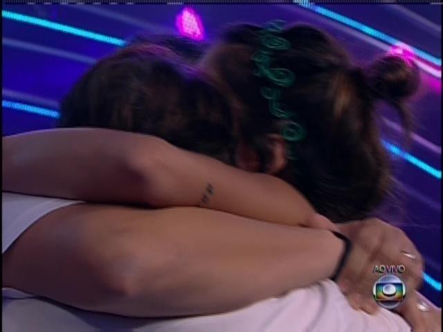"""26.jan.2014 - Bella abraça o marido ao deixar o """"BBB14"""""""
