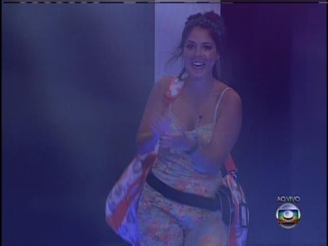 "26.jan.2014 - Bella é aplaudida pela plateia do ""BBB14"""