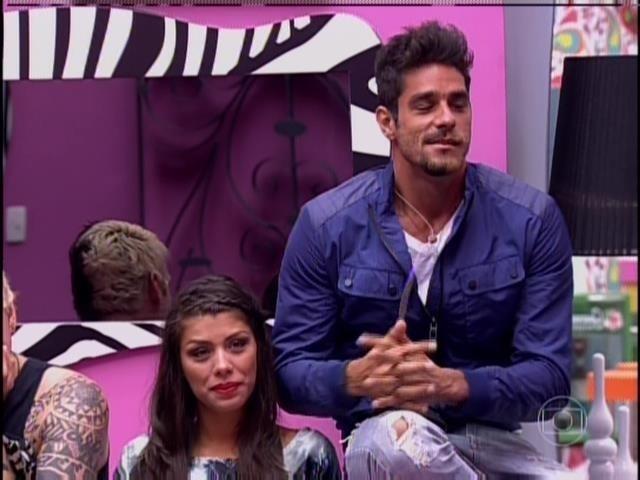 26.jan.2014. Diego vê sua família e seu marido pela TV