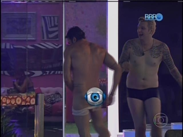 26.jan.2014 Vt mostra Cássio tirando a cueca de Junior
