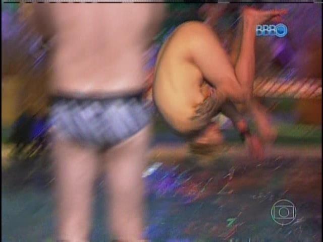26.jan.2014 Vt mostra Cássio tirando a roupa e pulando na piscina