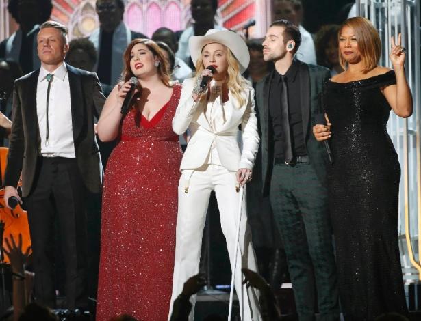 """26.jan.2013 -  Madonna celebra casamento gay com Macklemore & Ryan Lewis no Grammy. Na música """"Same Love"""", que se tornou um hino não-oficial de apoio ao casamento gay nos Estados Unidos, a dupla Macklemore e Ryan Lewis ironiza quem diz acreditar que a homossexualidade é fruto de uma """"escolha"""" - Reuters"""