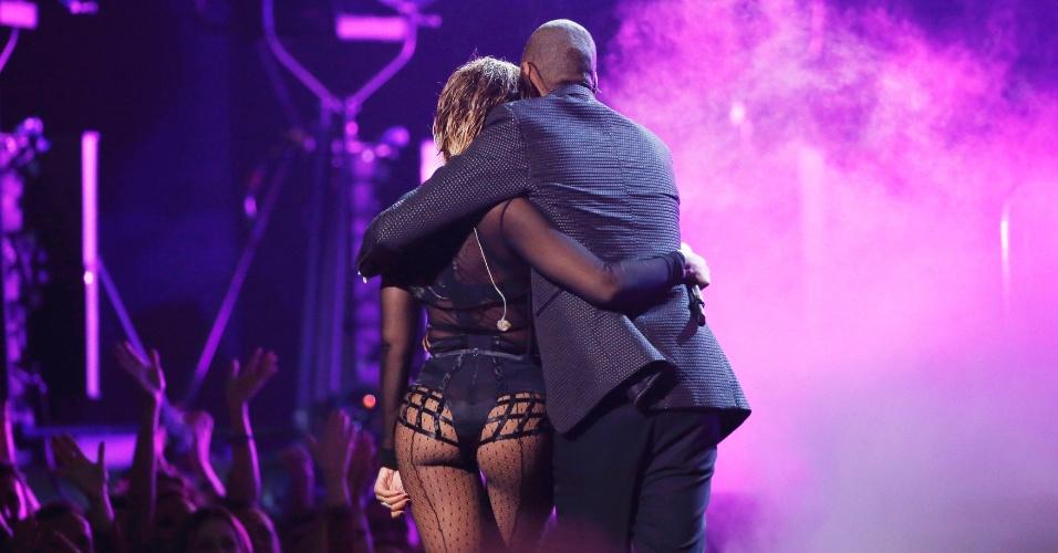 26.jan.2014 - Dançando com uma cadeira em clima de cabaré, Beyoncé abriu a premiação do Grammy 2014 neste domingo (26), no Staples Center em Los Angeles. Acompanhada do marido, o rapper Jay-Z, a cantora apresentou o novo single