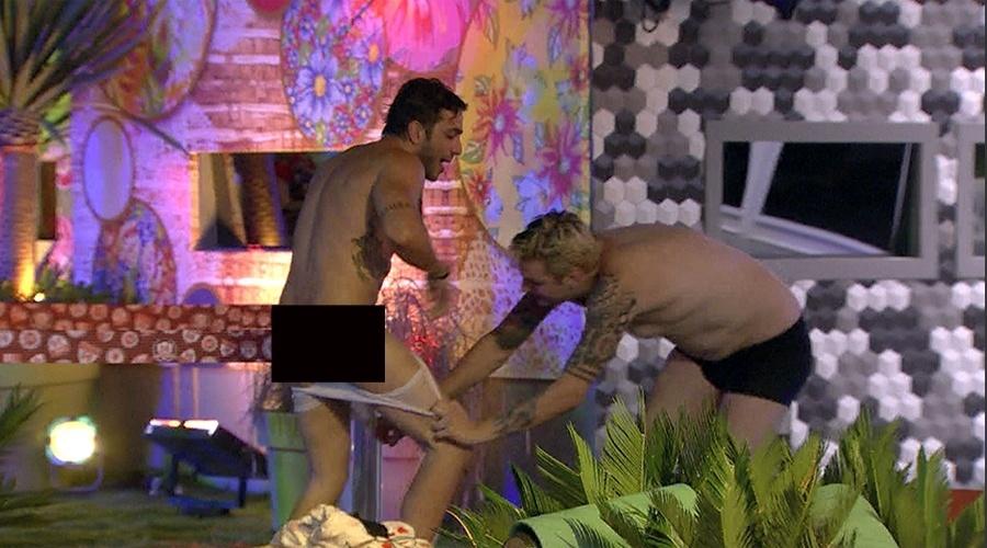 26.jan.2014 - Cássio tenta tirar a cueca de Junior
