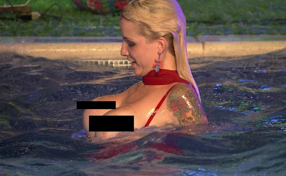 """26.jan.2014 - Clara mostra os seios durante festa do """"BBB14"""""""