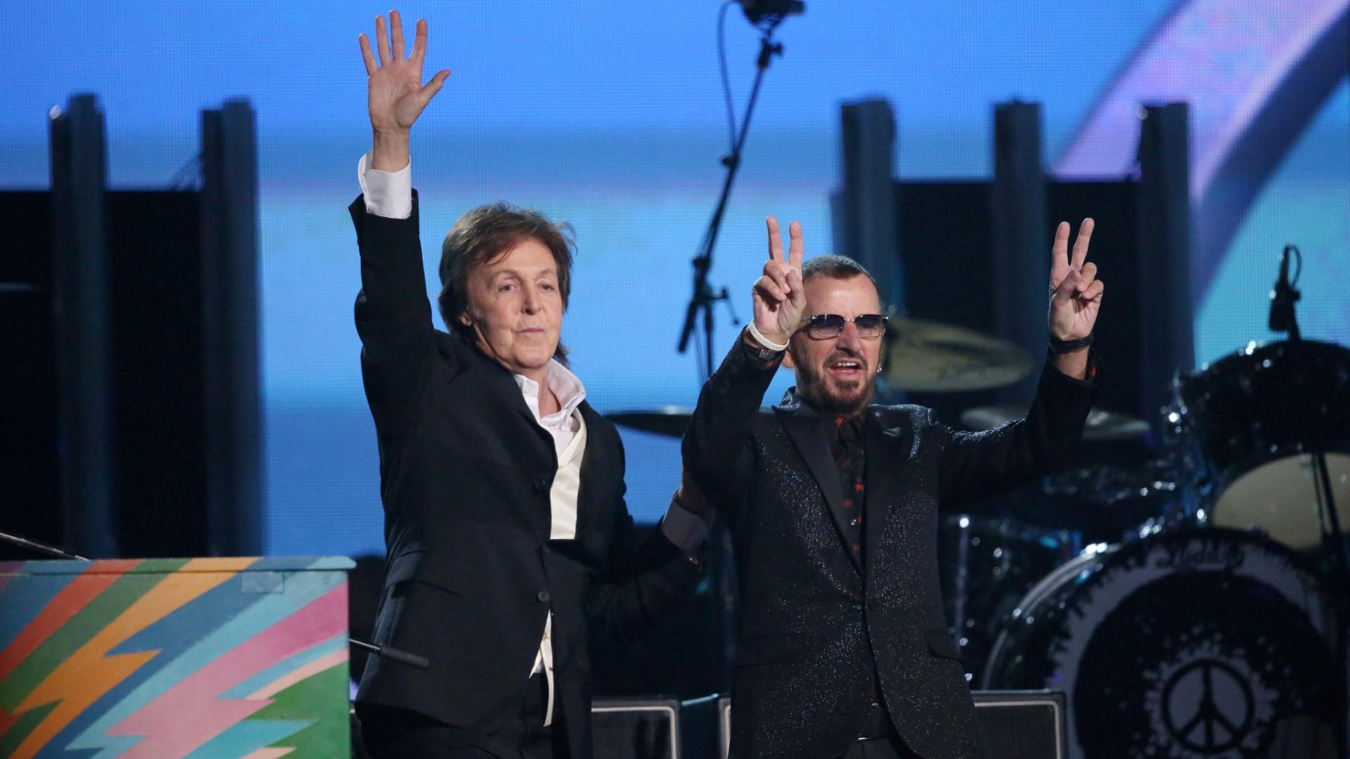 26.jan.2014 - Em histórico momento, Paul McCartney se apresentou junto a Ringo Starr durante a cerimônia de 2014 do Grammy. A última vez em que a dupla havia dividido o palco foi em 2009, durante evento beneficente para a Fundação David Lynch. Macca e Ringo, no entanto, não tocar nenhuma música dos Beatles. Paul sentou-se em seu piano colorido para apresentar a canção