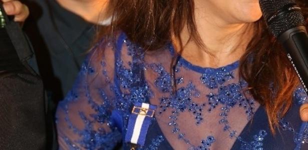 26.jan.2014 - Ivete Sangalo é homenageada pela polícia militar de Aracaju. Na noite deste domingo (26), a cantora baiana recebeu o diploma da medalha do mérito policial militar do Sergipe das mãos dos oficiais durante o seu show na capital sergipana