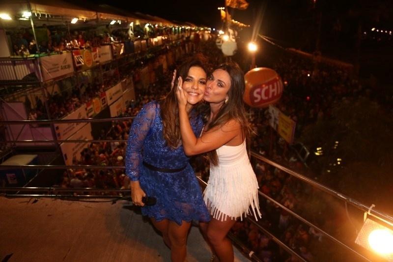 26.jan.2014 - Nicole Bahls curte show da cantora Ivete Sangalo, em Aracaju, no Sergipe, na noite deste domingo (26).