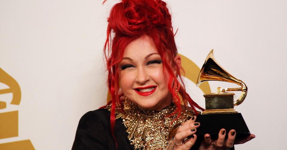 26.jan.2014 - No Grammy de 2014, a cantora Cyndi Lauper recebeu o gramofone dourado por melhor álbum para peça teatral por seu trabalho em