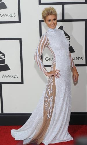 26.jan.2014 - Paris Hilton ousou no look rendado no tapete vermelho da 56ª edição dos prêmios Grammy, em Los Angeles