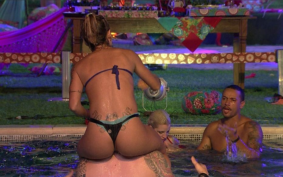 26,jan.2014 - Vanessa brinca na piscina com os brothers