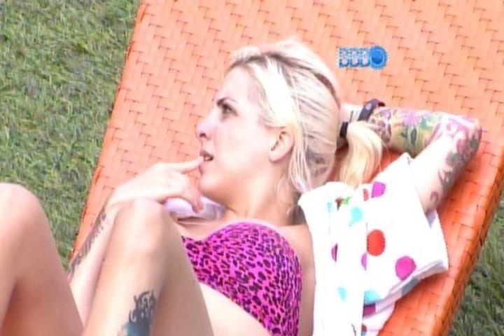 27.jan.2014 - À beira da piscina, Clara e outros integrantes do Laranja comemoram a eliminação de quatro integrantes do Grupo Roxo