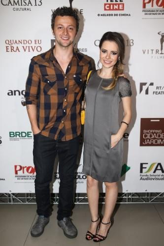 """27.jan.2014 - Acompanhada do marido, Lucas Lima, Sandy prestigiou a pré-estreia do filme """"Quando Eu Era Vivo"""" em um shopping em São Paulo"""