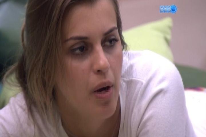 """27.jan.2014 - Angela afirma que Junior saiu como """"o gostosão"""" após o brother não assumir que estava a fim de Letícia"""