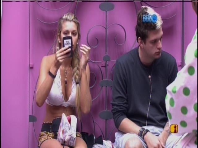 27.jan.2014 - Ao lado de Cássio, Tatiele se prepara para gravar o vídeo do raio-x