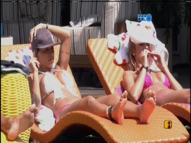 27.jan.2014 - De rosa, Tatiele e Vanessa tomam sol na área externa da casa