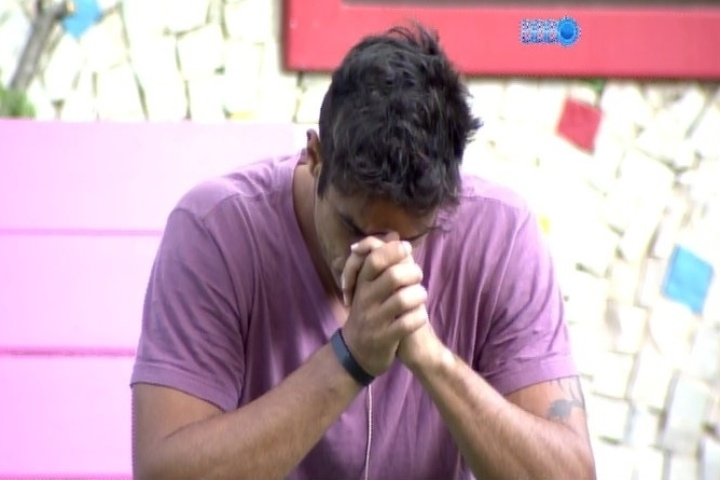 27.jan.2014 - Diego acorda e faz oração na área externa da casa. O brother sobreviveu ao paredão que eliminou Bella no domingo
