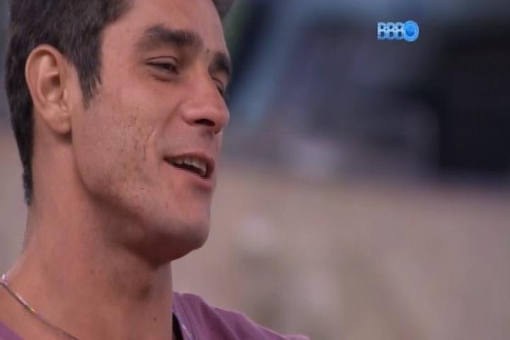 """27.jan.2014 - Diego tira o cavanhaque que estava a matade pintada de loiro e mostra o resultado para os brothers. """"Já tava acostumada com esse negócio dividido"""", falou Clara"""